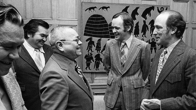 Jean Chrétien aux côtés du politicien autochtone Frank Calder et du premier ministre Pierre Elliott-Trudeau, le 7 février 1973
