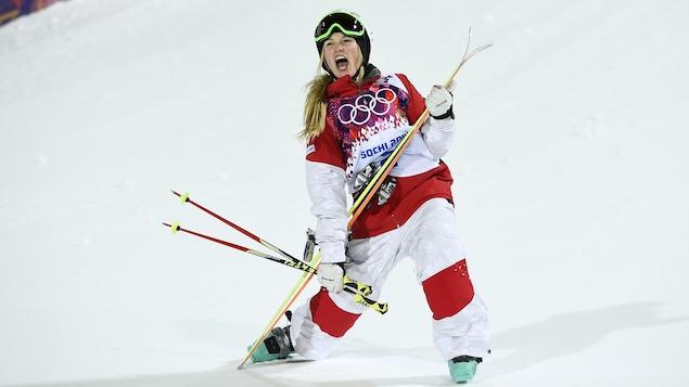 Justine Dufour-Lapointe après sa conquête de l'or en bosses, en ski acrobatique, aux Jeux olympiques de Sotchi