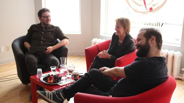 L'animateur Julien Morissette, à gauche, reçoit Lorraine Pintal et Philippe Brault, artisans de La bonne âme du Se-Tchouan.