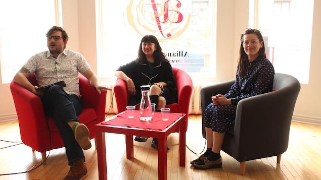 Marie Brassard et Sophie Cadieux discutent avec l'animateur Julien Morissette de la pièce La fureur de ce que je pense.