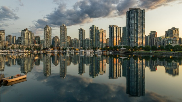 Vancouver se reflète dans la baie.