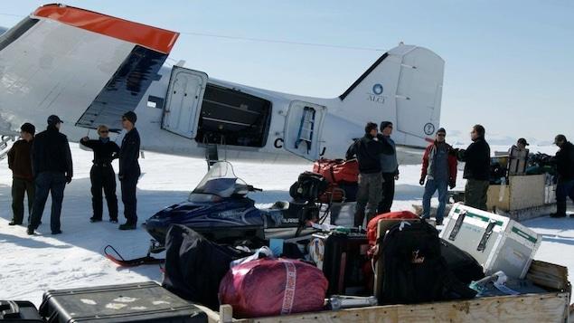 Un avion et des bagages dans le Grand Nord