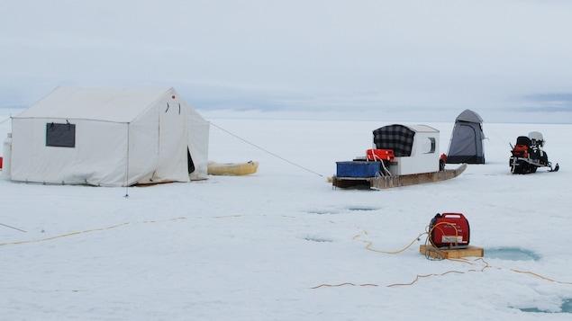 Le camp de base établi au nord d'Arctic Bay