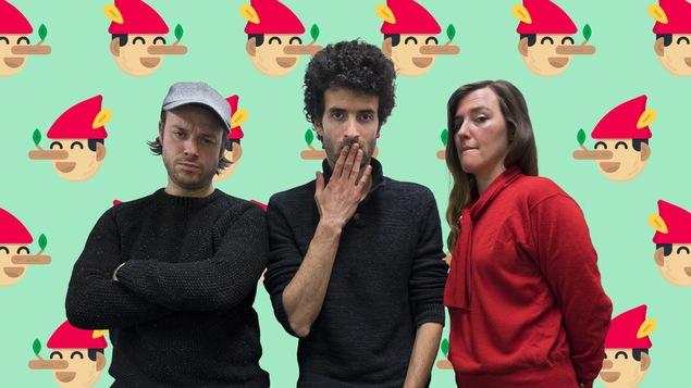 Mickaël Gouin, Alex Fredo et Florence Longpré ont des visages suspicieux devant une murale remplie de Pinocchios.