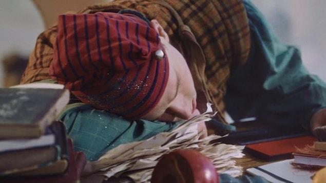 Le lutin grésille s'est endormi sur le bureau de Nicolas Noël.
