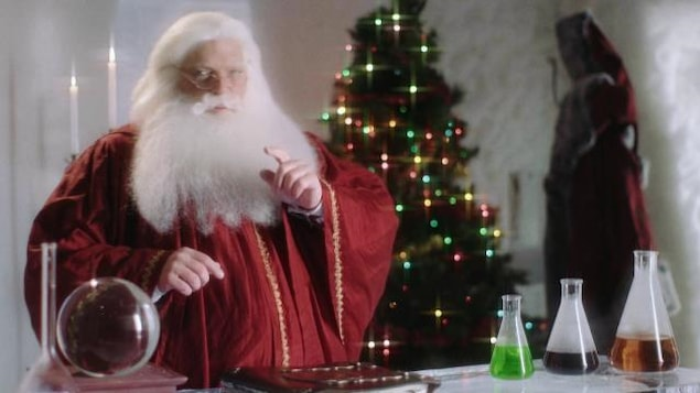 Nicolas Noël devant Mimir, son grand grimoire magique.