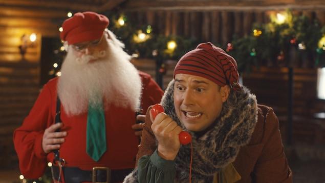 Grésille se prend pour le lutin le plus important et donne des directives aux autres lutins. Il ne sait pas que Nicolas Noël est en train de l'observer.