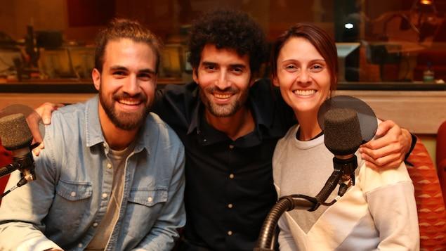 Jay Du Temple, Alex Fredo et Korine Côté sourient après l'enregistrement de l'émission Les petites anecdotes.
