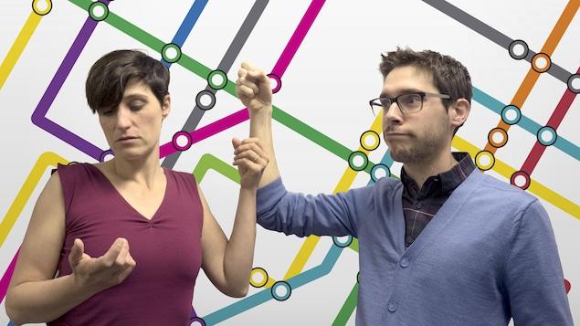 Salomé Corbo et Sébastien Haché devant une carte de métro fictive.
