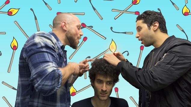 Éienne Boulay et Reda Saoui font semblant de brûler les cheveux de l'animateur Alex Fredo.