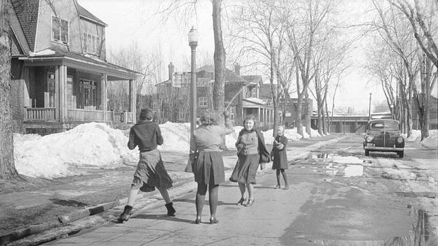 Des fillettes s'amusent dans la rue au printemps.