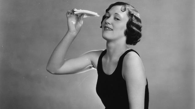En 1931, l'actrice Mary Lawson mange un sandwich dans une publicité pour la marque Bovril
