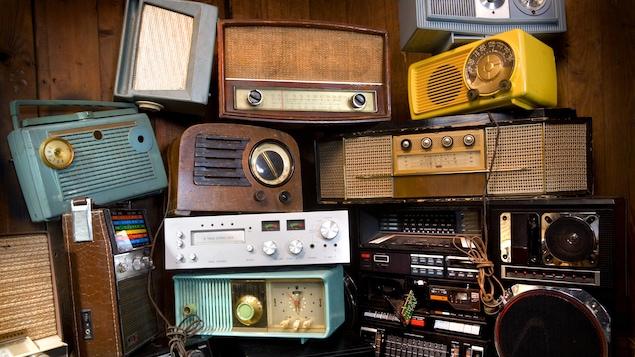 Des appareils radios, anciens et neufs
