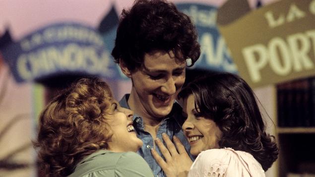 Les comédiens Dorothée Berryman, Robert Gravel et Marie-Louise Dion qui se serrent les uns contre les autres.