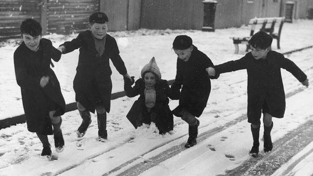 Des enfants jouent dans la neige en 1940.