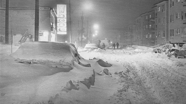 Une photo de la «tempête du siècle», cette fois-ci, celle du 20e, survenue le 4 mars 1971 à Montréal. En quelques heures seulement, 43 centimètres de neige s'étaient abattus sur la ville.