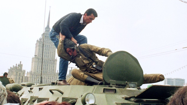 Un manifestant prodémocrate s'en prend à un soldat soviétique après le coup d'État qui a temporairement délogé le dirigeant Mikhaïl Gorbatchev, le 19 août 1991.