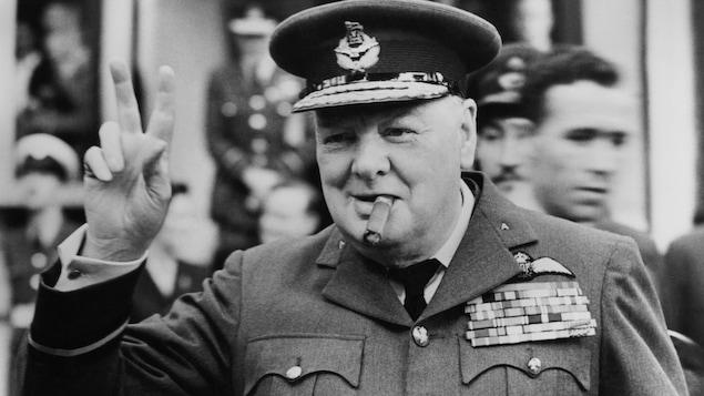 Winston Churchill arbore le signe de la victoire.