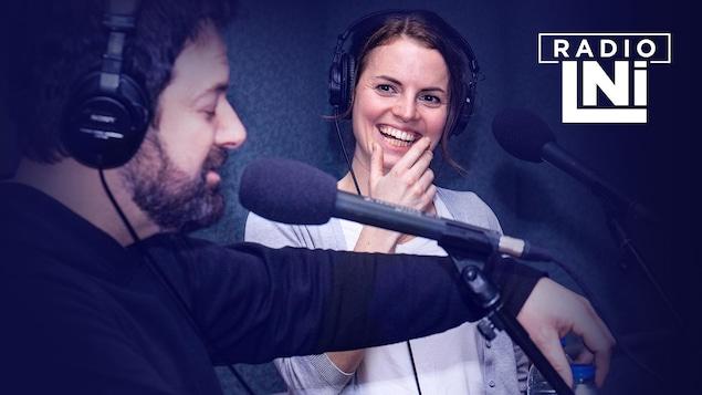 Photo de Jeff Boudreault et Amélie Geoffroy devant des micros de radio.