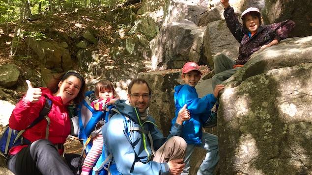 La famille Benoit-Lanthier en randonnée au mont Orford. Une famille de cinq; une mère, un père, deux garçons et une fille. Ils prennent la pose dans un sentier, dans la forêt.