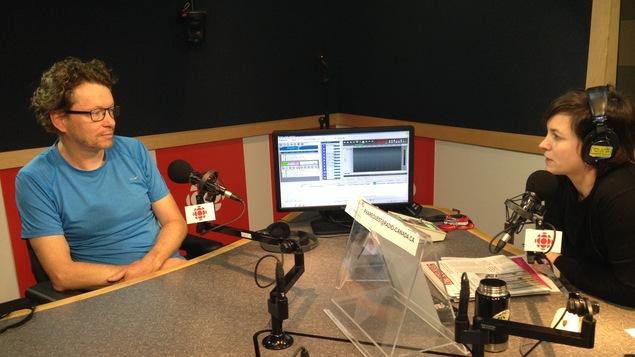 L'animatrice radio Marie Villeneuve en conversation avec le réalisateur Raymond St-Jean