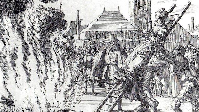 Gravure d'une femme attachée sur une échelle que des hommes poussent vers un bûcher.