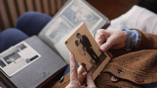 Une personne regardant un album de vieilles photos.