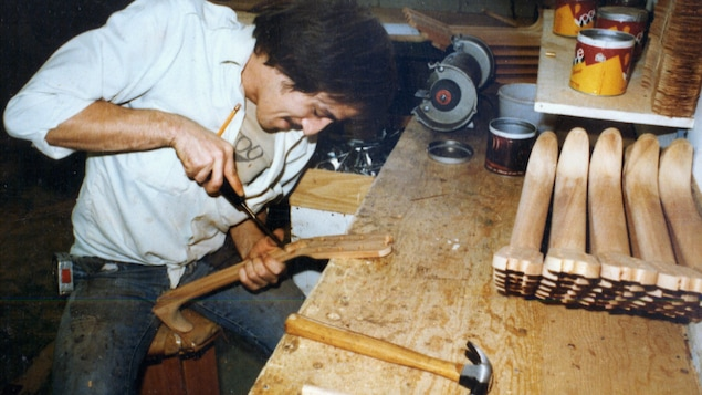 Photo d'archives montrant le luthier dans son atelier