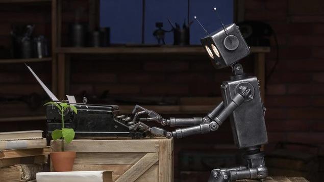Un robot en train de taper sur une machine à écrire.