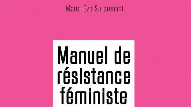 Couverture rose avec du livre dont le titre est Le Manuel de résistance féministe de l'auteure Marie-Ève Surprenant.