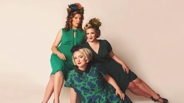 Trois femmes sont posées en costumes d'époque.