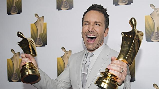 Visiblement ravi, l'animateur et producteur brandit deux trophées remportés ce soir-là.