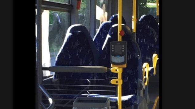 Des sièges d'autobus vides ont été pris pour des femmes en burqa.