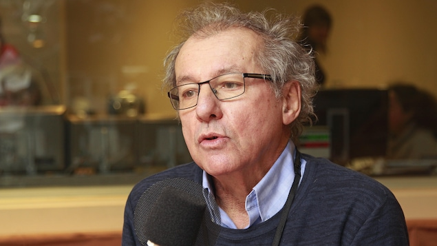Michel Hébert au micro dans le studio 18 de Radio-Canada