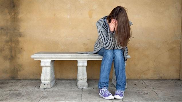Une jeune fille qui souffre de santé mentale.
