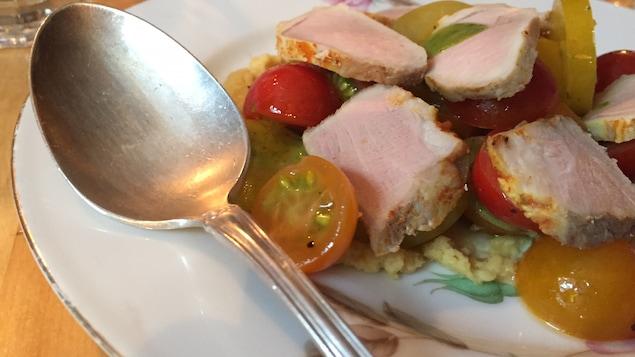 Assiette de filet de porc avec tomates du Mallard Cottage