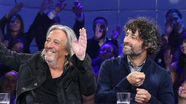 Serge Fiori et Louis-Jean Cormier sur le plateau de Tout le monde en parle s'animent sur la musique du groupe Fiori-Séguin.