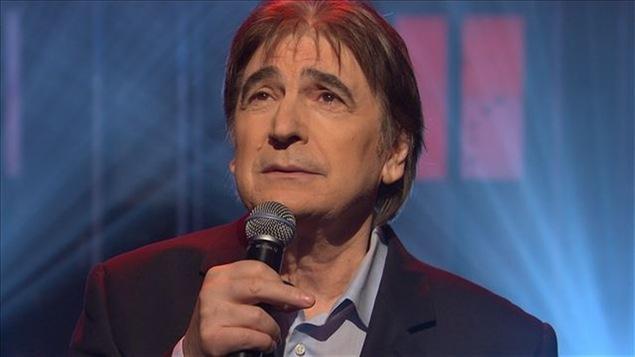 Le chanteur Serge Lama, micro à la main, à l'émission Pénélope