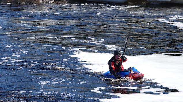 Simon Joubert à l'embouchure de la rivière des Rapides, près de Sept-Îles