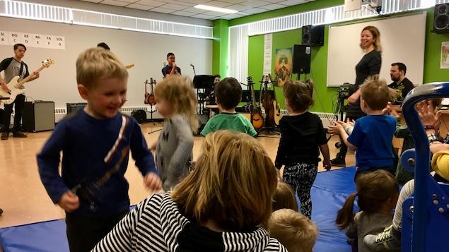 Spectacle des élèves de l'option production musicale de la Polyvalente des Baies pour les tout-petits du CPE les Gamins d'ici de Baie-Comeau