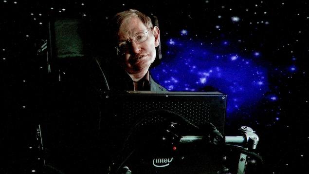 Le scientifique est assis dans sa chaise, avec comme arrière-plan, une image d'un ciel étoilé.