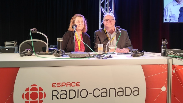 Ginette Bousquet et Michel Simard dans le studio de l'espace Radio-Canada à l'UQAC.