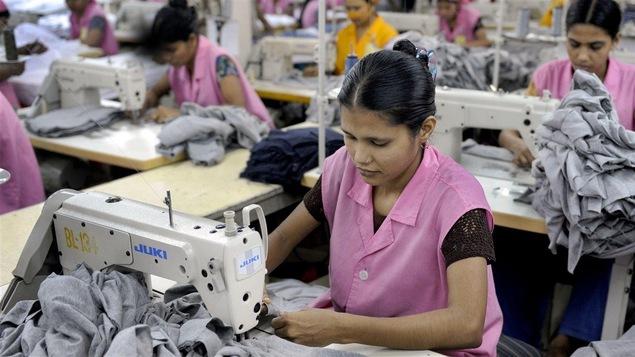 Une travailleuse de l'industrie du textile au Bangladesh.