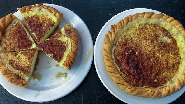Une tarte entière à côté d'une tarte coupée en morceaux