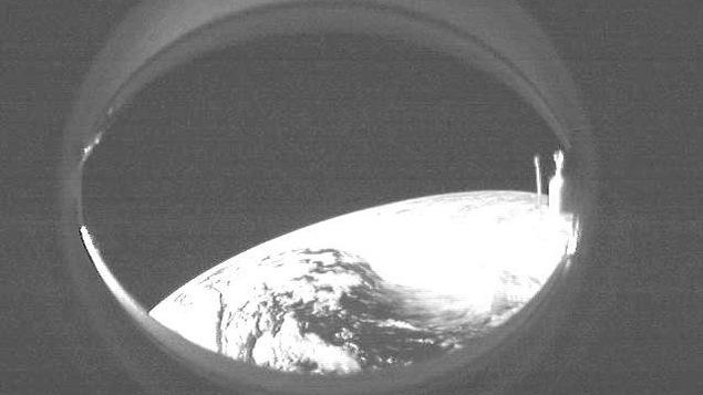 Une photo en noir et blanc prise de l'espace montrant une portion de la terre.