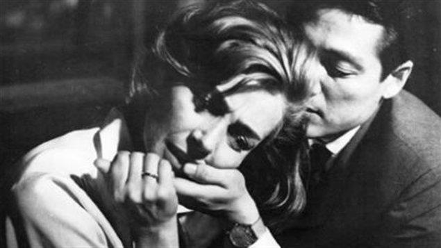 Un couple dont on voit les visages vivent un moment de proximité.