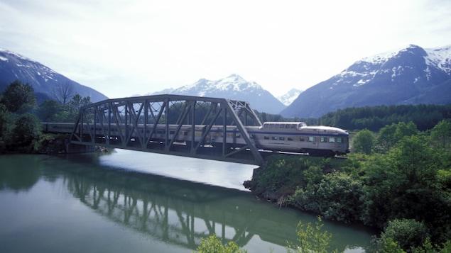 Un train traverse un pont, à proximité des Rocheuses.