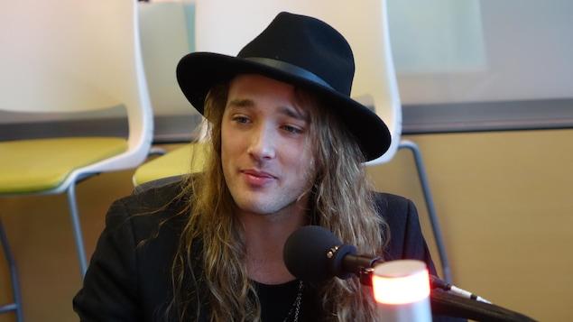 Travis Cormier au micro de l'émission Le Réveil