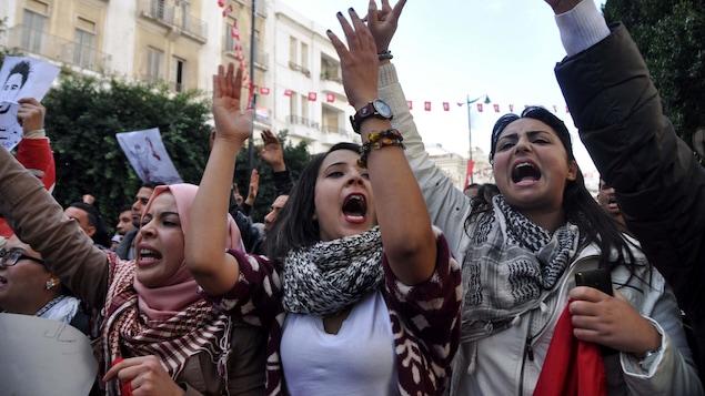 Trois femmes pendant une manifestion anti-gouverment le 20 janvier 2016 à Tunis