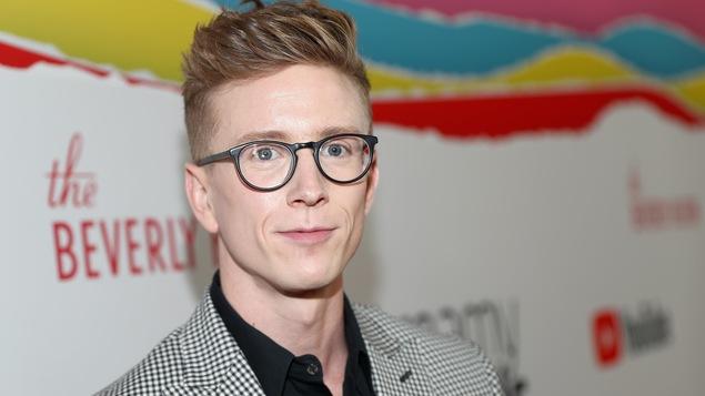 L'influenceur homosexuel Tyler Oakley prend la pose en octobre 2018 lors d'un événement tenu par YouTube.